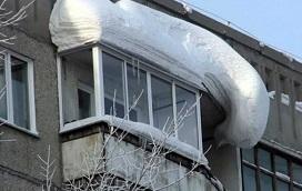 Удаление снега и льда с козырьков балкона